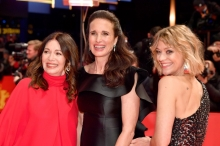 "Foto:  obs/L'Oréal Paris/Pascal Le Segretain L'Oréal Paris Markenbotschafterinnen Andie MacDowell, Heike Makatsch und Iris Berben auf der Eröffnungsgala der 69. Berlinale. BERLIN, GERMANY - FEBRUARY 07.02.2019: (L-R) Iris Berben, Andie MacDowell and Heike Makatsch attend the ""The Kindness Of Strangers"
