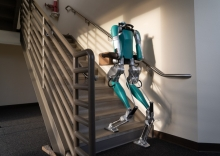 """Foto:  obs/Ford-Werke GmbH Agility Robotics is launching Digit, a robot with arms and legs to work with humans and in human spaces, for commercial sale; and, Ford Motor Company is the first customer, receiving the first two robots off the line. Weiterer Text über ots und www.presseportal.de/nr/6955 / Die Verwendung dieses Bildes ist für redaktionelle Zwecke honorarfrei. Veröffentlichung bitte unter Quellenangabe: """"obs/Ford-Werke GmbH"""""""