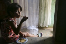"""Foto:  obs/Caritas international/Caritas Internationalis Valentina Greenidge, 7, eats a bowl of rice with bits of ground meat at her home in Tomuso, Venezuela. Her mother Yusmarelis struggles to feed her three children often juggling which meals she can feed them often opting for lunch before school or right before dinner so they don't go to bed hungry. She's been receiving nutritional support from Caritas Venezuela for her two youngest children after they were found to be undernourished during a growth monitoring session. Routine growth monitoring sessions conducted by Caritas has shown that 70 percent of children under 5 show signs of some form of nutrition with 8 percent from severe malnutrition. Galloping inflation has pushed 92 percent of the population into poverty. The current minimum monthly salary averages to about .50 and covers only 2 percent of the minimum nutritional basket. As of March 2018, it would require 73 monthly salaries solely to cover the cost of feeding a family. Families cope by selling off goods, cutting back on meals and the quantity of food served at each meal. Routine growth monitoring sessions conducted by Caritas has shown that 70 percent of children under 5 show signs of some form of nutrition with 8 percent from severe malnutrition. / Copyright Caritas international, Abdruck honorarfrei, Belegexemplar erbeten, Tel: 0761/ 200-288 / Venezuela: Versorgungskrise für immer mehr Menschen lebensbedrohlich - 87 Prozent der Venezolaner leben unter der Armutsgrenze - Caritas weitet Hilfe aus /  Weiterer Text über ots und www.presseportal.de/nr/67602 / Die Verwendung dieses Bildes ist für redaktionelle Zwecke honorarfrei. Veröffentlichung bitte unter Quellenangabe: """"obs/Caritas international/Caritas Internationalis"""""""